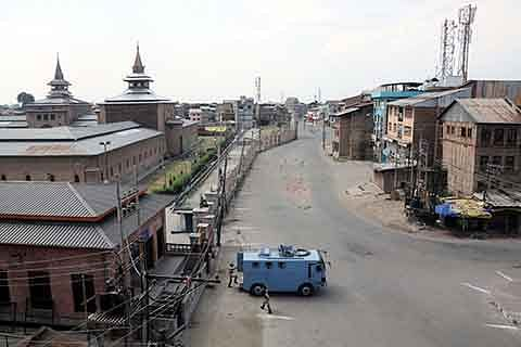 """Curfew, restrictions imposed to foil Jamia Masjid """"Chalo"""""""