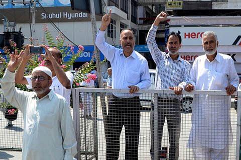 CM Mehbooba faces hostile crowd