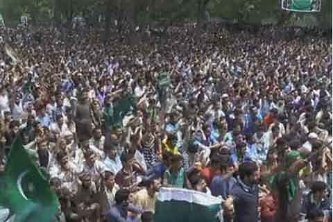 Thousands throng Pulwama's Kareemabad to remember slain militants