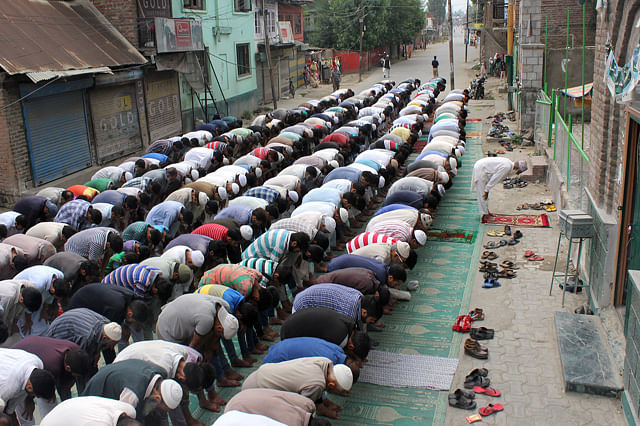 People Offer Asr Prayers On Road As Part Of Resistance Programme