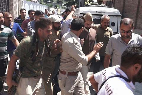 Mirwaiz arrested as he tries to march towards Dargah