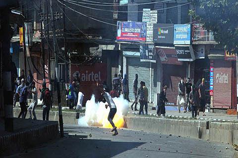 Dozens injured in Kangan clashes