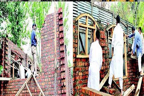 Wakf demolishes illegal structures at Kathidarwaza