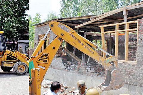 LAWDA undertakes demolition at Saida Kadal, Nigeen