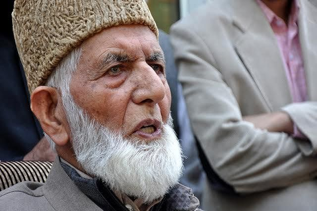 Offer Friday prayers at Aaripanthan today: Geelani to people