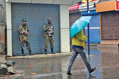 Rains lash Kashmir, bring down temperature