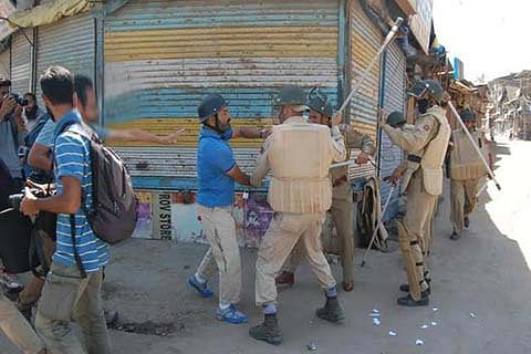 Police beat photo-journalists, 6 injured