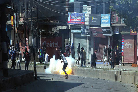 Forces fire teargas shells inside Tral shrine; 60 injured in clashes