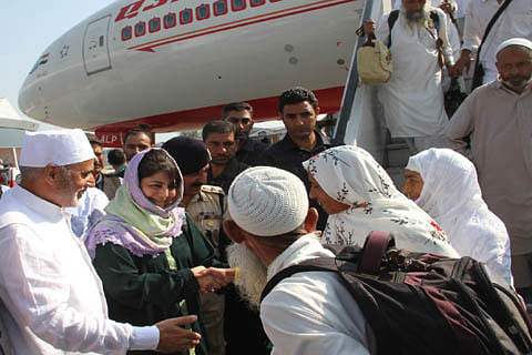 CM receives first batch of Hajj pilgrims at Srinagar airport