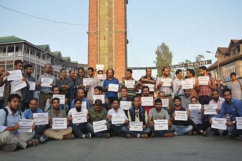 """Journalists protest for 2nd consecutive day against """"Kashmir Reader"""" ban"""