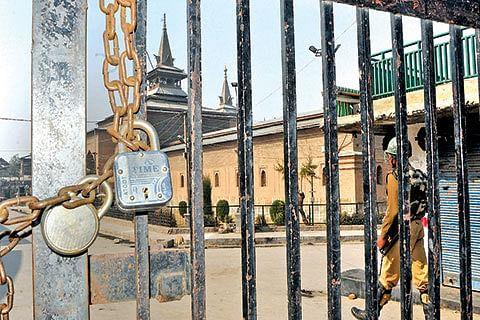 Police foils 'Jamia Chalo' with curfew, detains Mirwaiz