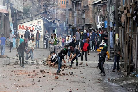 Several injured in Hygam clashes