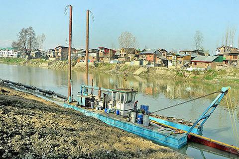Authorities sit on Jhelum dredging