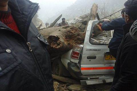 Two killed, 5 injured after tree falls on passenger vehicle near Banihal