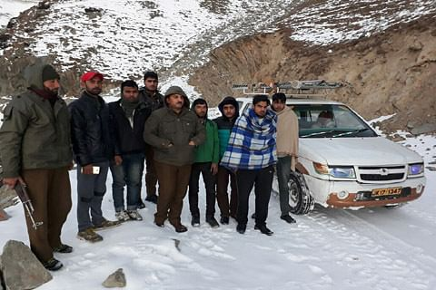 Police rescue 13 passengers trapped in snow at Sinthan Top