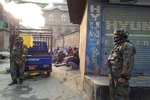 Militants ambush army convoy in Pampore