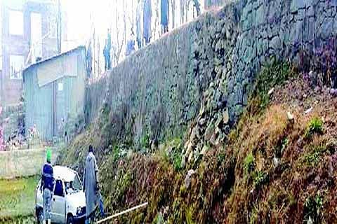 Rangreth residents demand construction of road abutment