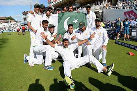 Fighting Pak resist Aussies victory drive