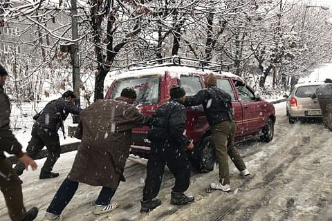IGP Kashmir directs policemen to assist people stuck in snow