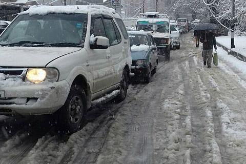 Admin caught sleeping as snowfall triggers traffic snarls across Srinagar