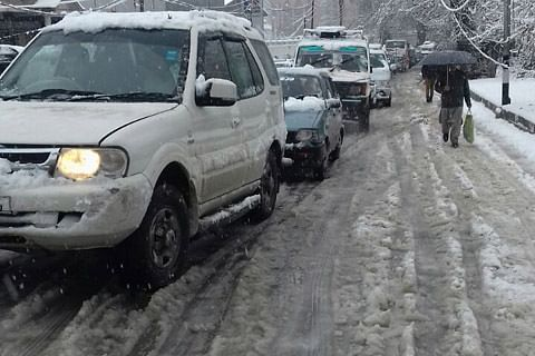KCCI urges govt to wake up and clear roads after snowfall