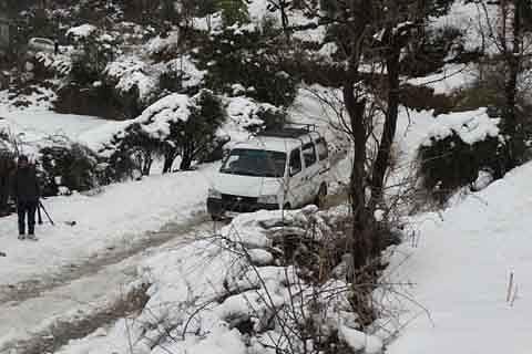 Snowfall disrupts vehicular movement on Jammu-Poonch highway