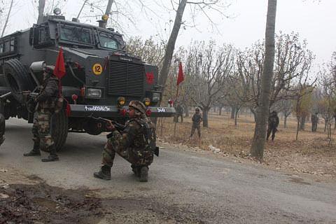 Video: Militant killed, cop injured in Hajin gunfight