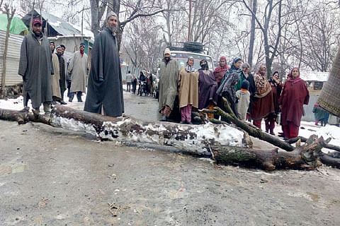 Anti-PDD protesters block Tral-Awantipora road