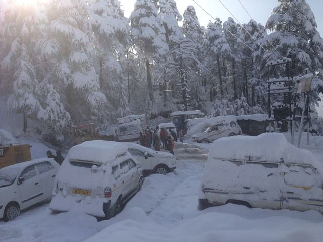 Snowfall snaps land, air links to Kashmir Valley