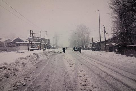 Heavy snowfall cripples life in north Kashmir