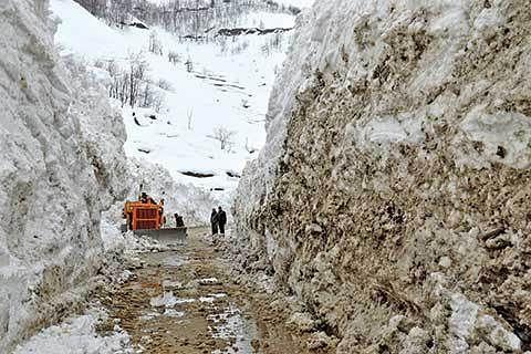 Kashmir gets more snow as Chilai Kalan frowns
