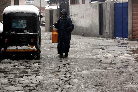 Waterlogging hits normal life in Srinagar