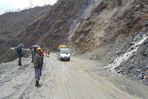 Mudslides briefly disrupt traffic on Srinagar -Jammu Highway