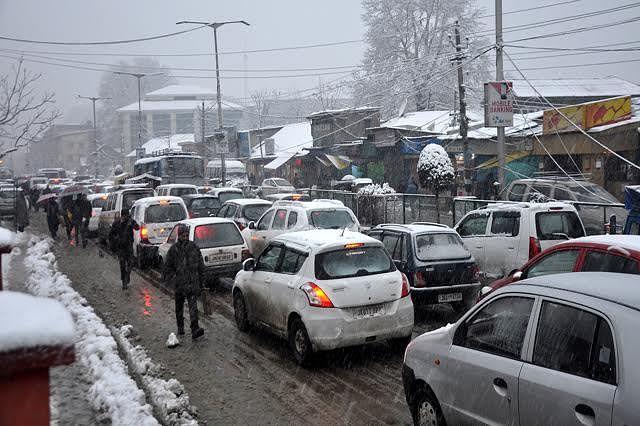 Traffic jams at Khanyar Chowk pester commuters