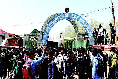 Army vehicle in Degree College Pulwama, Students stage protest