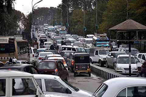 """""""Frequent traffic jams make life difficult in Anantnag"""""""