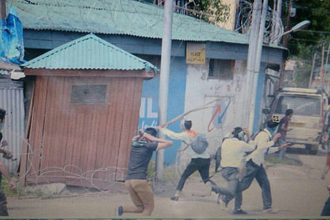 Video | Police chase away protesting students in Srinagar