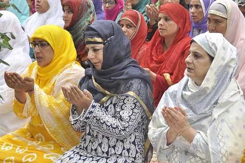 Jammu and Kashmir CM offers Eid prayers at Ziyarat Syed sahab Sonwar