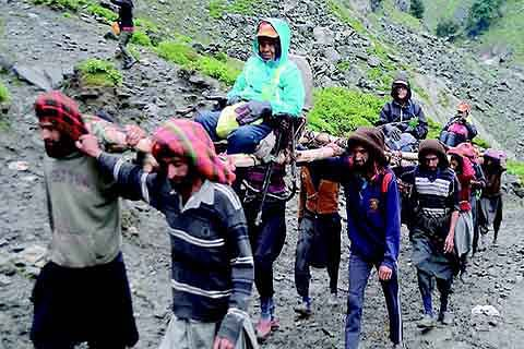 Governor pays obeisance at Amarnath Cave