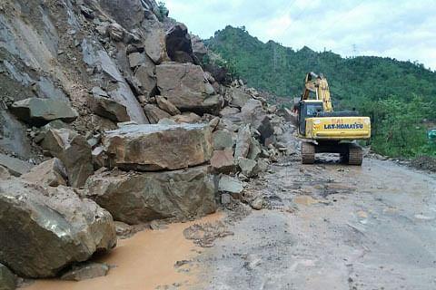 "Landslides block Kashmir highway, stall Amarnath pilgrims"" progress"