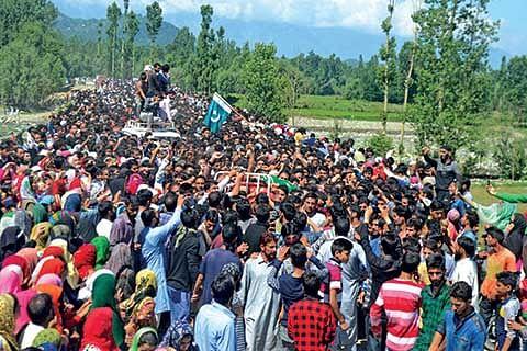Kashmir shuts against civilian killings, thousands join Lashkari's funeral