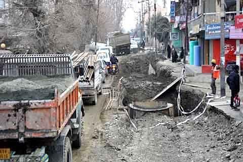 Authorities sit on repairs of Rawalpora-Rangreth road