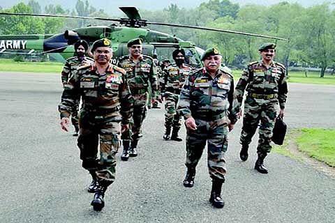 Northern Army Commander visits Kashmir