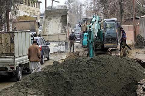Rawalpora-Rangreth road in shambles; PWD sleeps