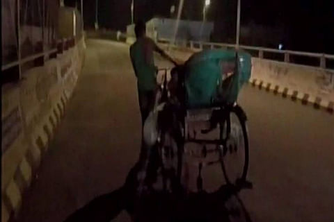 Denied ambulance, family carries body on rickshaw in Uttar Pradesh