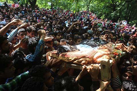 Emotional adieu to slain militant at Pahloo