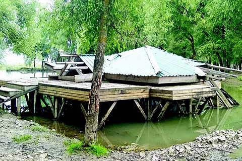 Tourism deptt huts loses sheen due to negligence
