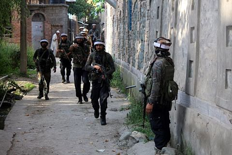Forces lay siege to Peth Makhama village in central Kashmir