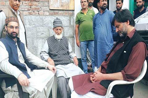 Denied entry inside, Mirwaiz, Malik meet Geelani outside his residence