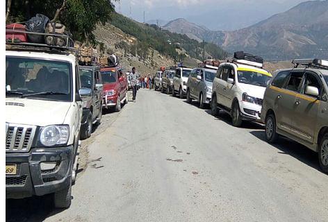 Massive traffic jam on Kashmir highway, hundreds of vehicles stranded